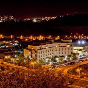 המלון בלילה